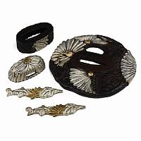 Tsuba, Fuchi, Kashira und Menuki im Set, Motiv: Blätter und Blüten